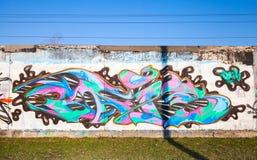 Färgrika grafitti med den kaotiska modellen över gamla grå färger hårdnar gummin Fotografering för Bildbyråer