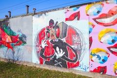 Färgrika grafitti med tecknad filmtecken och leenden Royaltyfri Bild