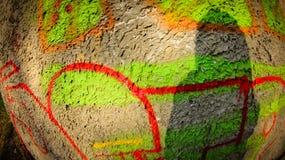 färgrika grafitti på betongväggen med skugga Royaltyfria Bilder