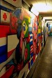Färgrika grafitti på den underjordiska väggen arkivfoto