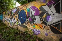 Färgrika grafitti på väggen Royaltyfria Bilder