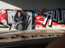 Färgrika grafitti på väggen av trantunnelen royaltyfri bild