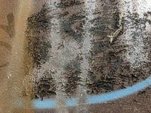 Färgrika grafitti rostade metall med målarfärgfläckar i abstrakt stil arkivbild