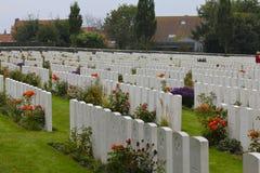 Färgrika gravar för blommaheder WWI fotografering för bildbyråer