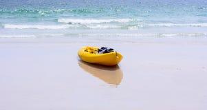 Färgrika gula kajaker på stranden Royaltyfri Fotografi