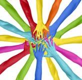 Färgrika händer förbindelse i en cirkel Arkivbild