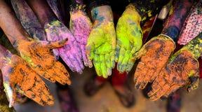Färgrika händer i den Holi festivalen arkivfoton