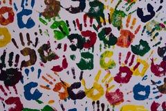 Färgrika händer på en vägg Arkivbilder