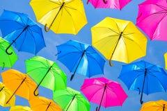 Färgrika hängande paraplyer Arkivbild