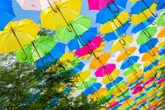 Färgrika hängande paraplyer Arkivbilder