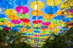Färgrika hängande paraplyer Fotografering för Bildbyråer
