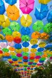 Färgrika hängande paraplyer Arkivfoto