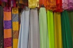 Färgrika hängande Scarves Arkivbilder