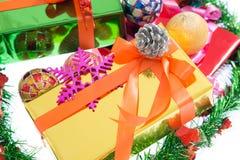 Färgrika härliga gåvaaskar Isolerad vitbakgrund Royaltyfria Foton