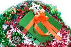 Färgrika härliga gåvaaskar Isolerad vitbakgrund Arkivfoto