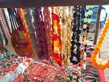 Färgrika halsband i den Anjuna marknaden, Goa, Indien arkivbilder