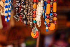 Färgrika halsband med glass pärlor arkivbilder