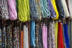 Färgrika halsband på marknaden i Mumbai, Indien royaltyfria bilder