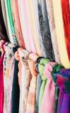 Färgrika halsdukar i en gata shoppar royaltyfria bilder