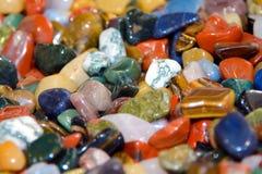Färgrika halv-dyrbara stenar i massa arkivbild