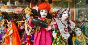 Färgrika handcrafted dockor i traditionella dräkter av Indien Royaltyfri Fotografi