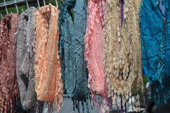 Färgrika handcrafted scarves som visas på marknaden Arkivfoto