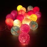 Färgrika handgjorda bomullsljusbollar royaltyfri bild