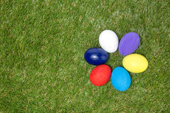 Färgrika handgjorda easter ägg på grönt gräs Royaltyfri Foto