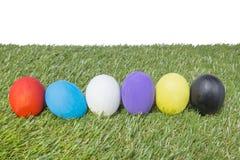 Färgrika handgjorda easter ägg på grönt gräs Fotografering för Bildbyråer