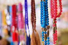 Färgrika handgjorda smycken, den turist- huvudstaden Arkivbilder