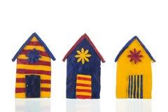 Färgrika handgjorda strandkabiner royaltyfria bilder