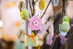 Färgrika handgjorda träpåskbeståndsdelar: ägg kaniner, fågelunge Ljus påsk, abstrakt suddig bakgrund Denna är mappen av formatet  Royaltyfria Bilder
