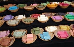Färgrika handgjorda tvålar på marknaden royaltyfri fotografi