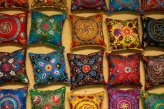 Färgrika handgjorda uzbekkuddar royaltyfria foton