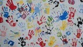 Färgrika handtryck på väggen royaltyfri foto