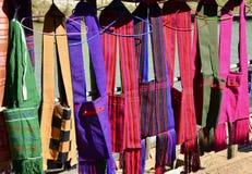 Färgrika handväskor i utomhus- marknad arkivbild