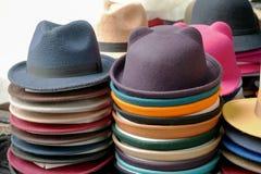 färgrika hattar Arkivbild