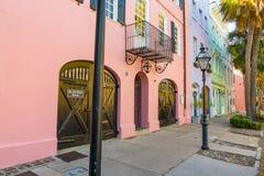 Färgrika hem i charlestonen, South Carolina royaltyfria bilder