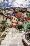 Färgrika hem på en kulle i Medellin royaltyfri foto