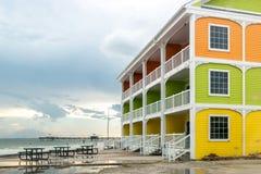 Färgrika hem vid stranden Royaltyfri Bild