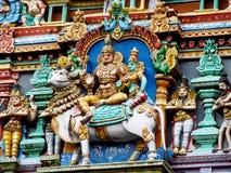 Färgrika hinduiska statyer på tempelväggar Royaltyfri Bild