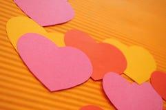 färgrika hjärtor för bakgrundstecknad film Royaltyfria Bilder