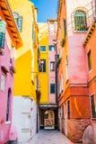 Färgrika hus av den bostads- gatan i Venedig, Italien Arkivbilder