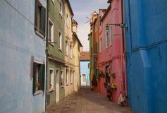 Färgrika hus av den Burano ön/den lilla byn nära Venedig Arkivfoton