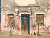 Färgrika hus av den Burano ön Venedig Typisk gata med den hängande tvätterit på fasader av färgrika hus arkivfoton