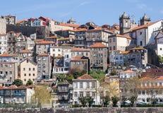 Färgrika hus av den portugisiska staden av Porto Royaltyfri Fotografi