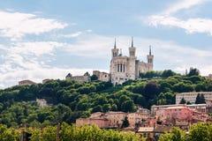 Färgrika hus av Lyon och den Fourviere basilikan från den Saone flodstranden, Frankrike Fotografering för Bildbyråer