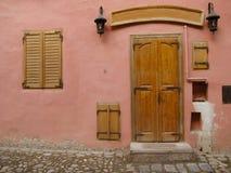 Färgrika hus av Sighisoara Arkivfoton
