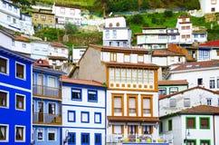 Färgrika hus. Färgrika fönster och facades i Cudillero, Spai royaltyfria bilder