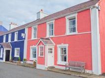 Färgrika hus i Aberaeron, Wales Royaltyfri Bild